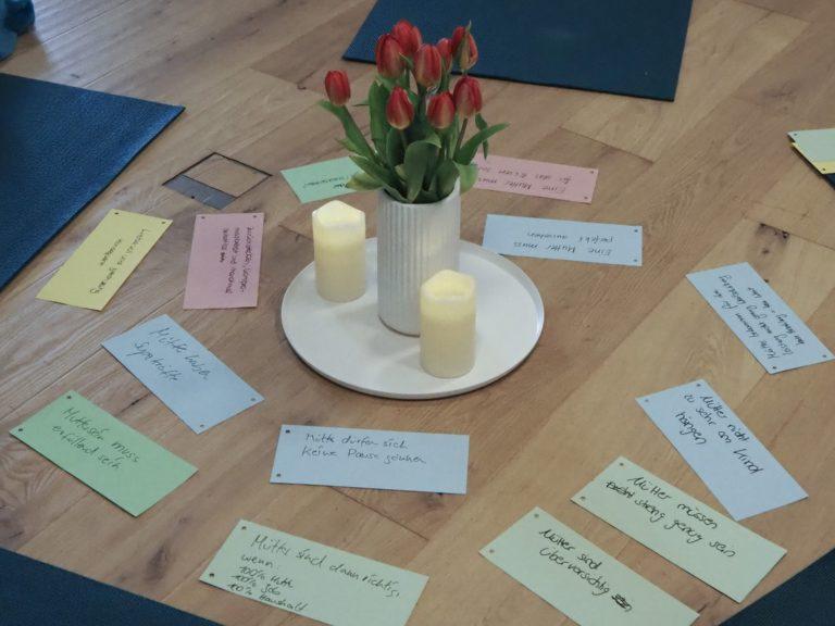 Auf dem Bild sind Mythen über das Muttersein aufgelegt, denen wir Mamas schon begegnet sind. Workshop für Mütter in München.